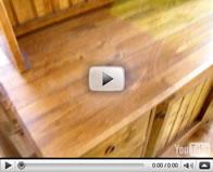 Petite pharmacie, lit et meubles de cuisine en bois de pin